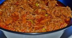 800g di carne tagliata a pezzetti  •1/2 cipolla tritata e 1/2 tagliata a fettine sottili •1/2 peperone rosso tritato e 1/2 tagliato a striscioline sottili •2 spicchi d'aglio pestato e 2 tagliati a fettine sottili •2 dadi di brodo di carne •4 tazze d'acqua •prezzemolo e erba cipollina q.b. •pepe q.b. •150 ml di passata di pomodoro •10 pomodorini tagliati •succo di un limone •2 cucchiai d'olio •2 foglie d'alloro