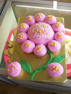 flower birthday party - flower cake could have 2 different ones, 1 pink & 1 purple Pull Apart Cake, Pull Apart Cupcakes, Birthday Cake With Flowers, Flower Cupcakes, Cake Birthday, Birthday Ideas, Strawberry Cupcakes, Easter Cupcakes, Christmas Cupcakes