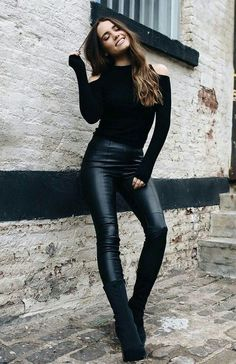 Faux Fur Leather Pants are Awesome! Faux Fur Leather Pants are Awesome! Smooth and sleek with a black turtleneck top. Leather Leggings Outfit, Legging Outfits, Sporty Outfits, Mode Outfits, Leggings Fashion, Fashion Pants, Fall Outfits, Fashion Outfits, Outfits With Leather Pants