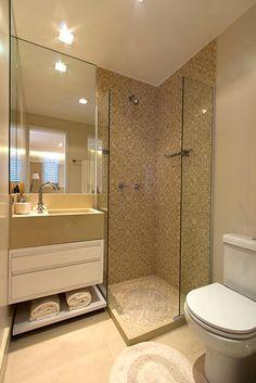 Azulejo grande color crema, y malla en la ducha.