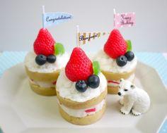ケーキのキャンドルシリーズに、メッセージフラッグ付きのキャンドルが新登場!スポンジもクリームもフルーツも、もちろんキャンドルで出来ています。Happy Bir...|ハンドメイド、手作り、手仕事品の通販・販売・購入ならCreema。