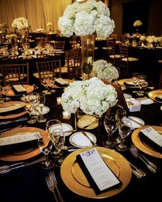 black and gold wedding table white flowers