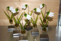 forskellige blomster i glas