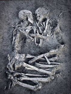 """""""Los Amantes de Valardo"""": El hallazgo se produjo cuando los arqueólogos supervisaban los restos de una villa romana, encontrados en las obras de urbanización de Valardo, una barriada de Mantua. Los dos esqueletos hallados corresponden a un hombre y una mujer """"muy jóvenes"""", que vivieron en el periodo Neolítico, según informaron sus descubridores."""