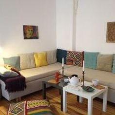 Mit besonderen Akzenten wird aus einer 0-8-15 Wohnzimmerecke ein interessanter Ort. Bunte und gemusterte Kissen, Wanddekorationen aus verschiedenen Kulturen und schöne Wohnaccessoires, wie Kerzenständer, erwecken einen Raum zu neuem Leben!