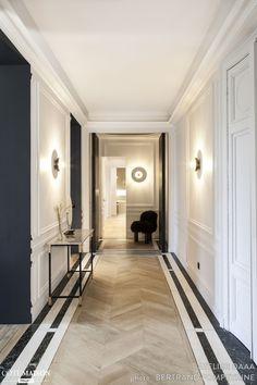 Dans ce couloir, le parquet point de Hongrie donne du style à déco chic !