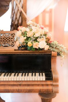 Beautiful old piano at a wedding! Vintage style is my favourite. Piano Photography, Vintage Photography, Collage Background, Wall Collage, Piano Pictures, Collage Pictures, Painted Pianos, Black Photo Frames, Music Aesthetic