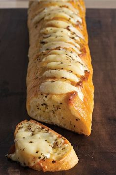 Cheesy Garlic Bread The secret to the best-ever garlic bread. Cheesy Garlic Bread The secret to the best-ever garlic bread recipe? Just spread slices of French bread with a butter mixture and add slices of CRACKER BARREL Aged Reserve Extra Sharp Che I Love Food, Good Food, Yummy Food, Healthy Food, Cheesy Garlic Bread, Garlic Bread Baguette, French Garlic Bread, Cheesy Knoflookbrood, Garlic Bread With Cheese