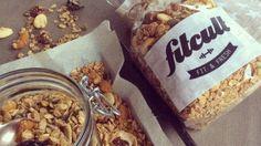 Granola sa skladá z ovsených vločiek, medu, orechov, niekedy i burizónov a pečie sa do chrumkava. Pochutnaj si na vynikajúcej domácej verzii.