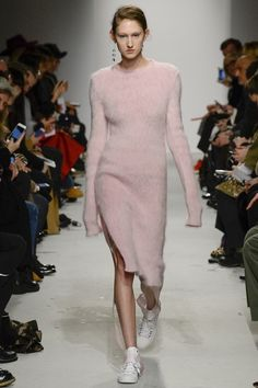 See the complete Ports 1961 Fall 2016 Ready-to-Wear collection. #longsleeves #pink
