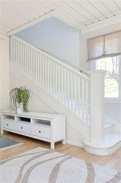 Fint trappräcke. Gillar att trappan inte ser så brant ut. Men kanske är branthet ofrånkomligt med liten yta att jobba på.