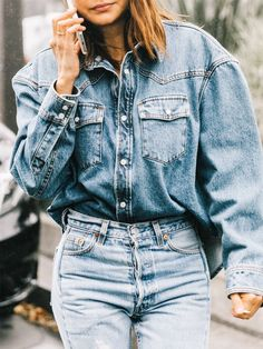 double denim outfit / oversized shirt and jeans Denim Outfits, Komplette Outfits, Outfit Jeans, Shirt Outfit, Fashion Outfits, Spring Outfits, Work Outfits, Casual Outfits, Green Outfits