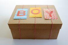 Een doos mooi gedecoreerd met letters, ook leuk met de naam. Baby Gift Wrapping, Creative Gift Wrapping, Present Wrapping, Wrapping Ideas, Regalo Baby Shower, Baby Shower Gifts, Baby Boy Gifts, Gifts For Boys, Shower Bebe