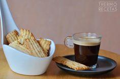 Galletas para el desayuno hechas con pistola para hacer pastas. Crujientes, delicadas... unas galletas caseras perfectas para el café de la mañana.