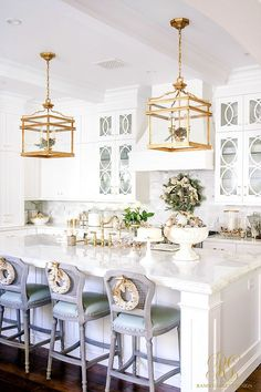Kitchen Interior Design Remodeling Christmas in the kitchen! A white kitchen is an easy thing to dress up for the holidays!- Love the gold accents! - Christmas Home Tour 2017 - Silver and Gold Christmas Home Interior, Interior Design Kitchen, Home Design, Design Ideas, Scandinavian Interior, Kitchen Designs, New Kitchen, Kitchen Decor, Long Kitchen