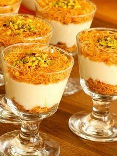 Kadayıflı Muhallebi Tarifi #kadayıflımuhallebitarifi #sütlütatlılar #nefisyemektarifleri #yemektarifleri #tarifsunum #lezzetlitarifler #lezzet #sunum #sunumönemlidir #tarif #yemek #food #yummy Dessert Party, Party Desserts, Dessert Recipes, Arabic Dessert, Arabic Sweets, Custard Recipes, Pudding Recipes, Dessert Arabe, Ramadan Desserts