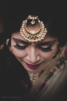Bridal Makeup - Bride Wearing a Gold Choker with a Gold Eyeshadows Braut Make-up - Braut trägt Bridal Photography, Photography Poses, Bun Hairstyles, Wedding Hairstyles, Lehenga Wedding, Make Up Braut, Red Lip Makeup, Bridal Poses, Braut Make-up