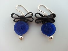Earring made of sterling silver with recycled rubber and silicone.