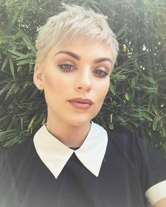 feeling her Wednesday Addams vibes. Loving the blonde pixie. Retro Hairstyles, Trending Hairstyles, Pixie Hairstyles, Pixie Haircut, Short Blonde, Girl Short Hair, Short Hair Cuts, Short Hair Styles, Blonde Pixie
