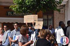 Concentración ciudadana que tuvo lugar este domingo día 15 a las 12 de la mañana en Nerja en señal de repulsa y rechazo por los atentados de París. Nerja se solidariza con nuestro país vecino.