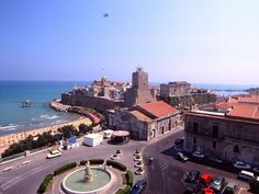 La bellezza di Termoli, piazza Sant'Antonio. Arroccato su un promontorio roccioso, il Borgo vecchio di Termoli si protende sull'Adriatico ...