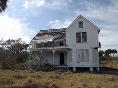 Victorian Farmhouse, Victorian Homes, Abandoned Buildings, Abandoned Places, Farmhouse Rules, Haunted Places, Historic Homes, Architecture Details, Old Houses