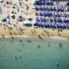 Μια θάλασσα από μπλε ομπρέλες δίπλα στα τιρκουάζ νερά του Σαν Τροπέ.