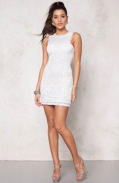 Przepiękna, biała sukienka marki Chiara Forthi. Elastyczna koronka z efektownym wzorem, 219 zł na http://www.halens.pl/moda-damska-sukienki-sukienki-koronkowe-26193/sukienka-567018?imageId=399006&variantId=567018-0002