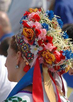 Квітка до квіточки, спіле колосся, Гілочка хмелю, барвінку лоза... - Сонячний промінь лоскоче волосся, Наче в короні голівка-краса! Скільки століть цей віночок барвистий На українських дівчатах цвіте - Віру, надію, любов нашу чисту З піснею в серце впліта золоте. Не перемінеться звичай, я знаю, Так прикрашати себе навесні, - Щира листівка із рідного краю, Ясний вінок - нагорода мені ,from Iryna