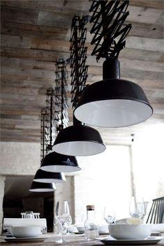 .con unos pocos objetos de diseño , como estas lamparas , el espacio es decorado