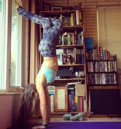 Lady legs handstand for day 15 of #handydrillsandskills!  Hosts: @aimeejm11 @bethefoz @bmovedyoga @crazycatfostermommy @finestretch @holly_.rose @ingvildyoga @lauraroseyoga @mdstone @queenbryt91 @rorodoesyoga @ryannecunningham @susieyoga @taraiffic85 @jersey_yogini @monicajeanw  Sponsors: @aloetteofc3 @yoga_democracy @yogacrossing @wildmovementspnw @infinitystrap @roroboatdesigns @yogisurprise @drishtiyogasb #yoga #yogi #yogalove #yogalife #yogapose #upsidedown #inversion #handstand…