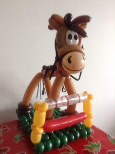 Paardje met hindernis( daar zitten de centen in)balloon twisting horse
