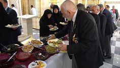 Düzce Valiliği'nin 19 Eylül Gaziler Günü kapsamında düzenlediği kahvaltıda kent protokolüne garsonlar servis yaparken, gaziler ve yakınları yemeklerini sıraya girip kendileri aldı.