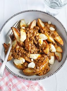 Ricardo says this poutine is kind of healthy because, well, the potatoes are cooked in the oven and not fried. Beef Barbecue, Sauce Barbecue, Barbecue Recipes, Grilling Recipes, Meat Recipes, Cooking Recipes, Poutine Recipe, Ricardo Recipe, Healthy Grilling