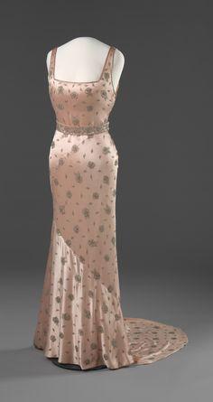 omgthatdress: Evening Dress 1937 Nasjonalmuseet for Kunst, Arketektur, og Design Vintage Outfits, Vintage Gowns, Vintage Mode, Vintage Clothing, 1930s Fashion, Retro Fashion, Vintage Fashion, Vintage Glamour, 1930s Dress