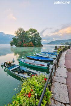 Barques sur le lac d'Annecy devant l'île aux cygnes, France http://www.pinterest.com/disavoia11/