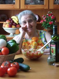 Lo utilizaban nuestras abuelas, luego nuestras madres y ahora nosotros ¡Cuánta razón tenían! #Alimentación #Saludable #FamiliaCarbonell Watermelon, Vegetables, Food, Healthy Eating, Grandmothers, Mothers, Tasty, Food Food, Essen