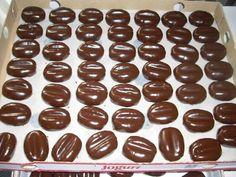 Kávová zrna najemno pomleta kava pomlete piškoty,sušienky cukor práškový salko rum Máslo Postup=Suroviny kladivo, přetvoření obilí, tužku nechat zářez, polejeme čokolády na druhý den a studenou dejte do papírové kelímky Variace '- obilí, můžeme maso na v marcipane pak udělat dent a polejeme čokoladou kávove zrna, jako jsou z cukrárny
