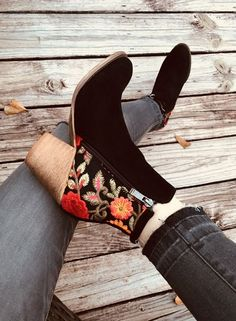 I am in love with these embroidered boots from Robbie + Co! 46 Unique Street Style Shoes Looks You Should Already Own – I am in love with these embroidered boots from Robbie + Co! Crazy Shoes, Me Too Shoes, Mode Shoes, Shoe Boots, Flat Ankle Boots, Ankle Boot Outfits, Cute Ankle Boots, Calf Boots, High Boots