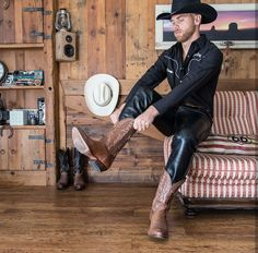Men in leather pants Skinny Leather Pants, Mens Leather Pants, Leather Boots, Black Leather, Mens Fashion Shoes, Leather Fashion, Hot Country Boys, Cowboys Men, Smart Casual Menswear