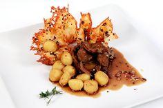 Ñoquis de quinua con mollejitas de pollo encebolladas, de Chema de Isidro