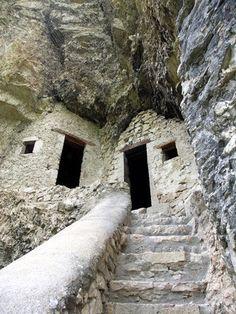 Case nella Roccia http://abitarelanatura.wordpress.com/2013/07/11/case-nella-roccia-foto/