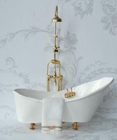 All about dollhouses and miniatures: De badkamer van het poppenhuis is klaar Bathtub made of cardboard