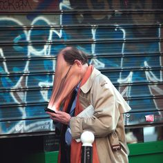 Disturbing Photos of People Getting Sucked Into Their Phone Screens Photographer Antoine Geiger has put together a strange photo series titled SUR-FAKE. Each Photoshopped image shows people in public having their faces suck Technology Addiction, Poesia Visual, Creepy Photos, Strange Photos, Weird Pictures, Colossal Art, Montage Photo, Fake Photo, French Photographers
