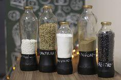 Aprenda a fazer porta mantimentos fofos usando garrafas de vidro recicladas. Você não vai gastar quase nada para deixar seus armários organizados e bonitos!
