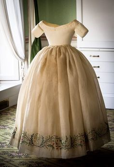 Dress made for and worn by Queen Victoria is now on display in the Victoria Revealed exhibition at Kensington Palace. The cream silk satin dress, with intricate embroidery, was given to the young Queen in the by the wife John Gregory Crace. Vintage Outfits, Vintage Gowns, Vintage Mode, 1850s Fashion, Victorian Fashion, Vintage Fashion, Victorian Era, Reine Victoria, Queen Victoria