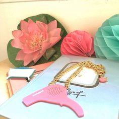 La semaine démarre à peine que l'on rêve déjà d'un week-end détente au chaud pour prendre soin de nous. En attendant, nous assortissons nos bijoux à nos rêveries pleines de bain moussant. Retrouvez ces bijoux sur notre eshop #mumpish #jewellery #jewellery #créateurs #madeinfrance #potd #picoftheday #instadaily #sechecheveux #baignoire #bain #venus #pastel