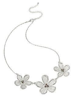 Jetzt dürfen traumhaft schöne Blütencolliers mit funkelnden Steinen Ihren Hals schmücken! Besonders edel und elegant wirkt dieses Schmuckstück zur zarten Bluse: http://www.klingel.de/blueten-collier-klingel-735264/ #Schmuck
