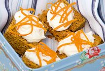Carrot cake squares – Recipes – Slimming World Slimming World Carrot Cake, Slimming World Deserts, Slimming World Puddings, Slimming World Vegetarian Recipes, Slimming World Recipes, Healthy Cake, Healthy Treats, Healthy Eating, Snack Recipes