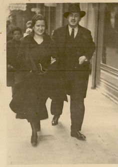 Carmen Conde y Antonio Oliver paseando por el centro de Cartagena, 1932.